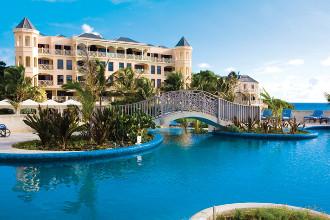 Image principale de l'hôtel The Crane Resort offert par VosVacances.ca