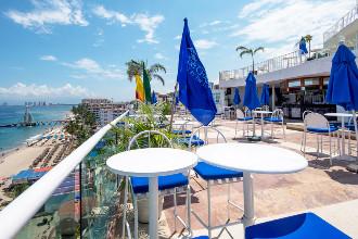 Image du blue chairs lgbt resort balcony offert par VosVacances.ca